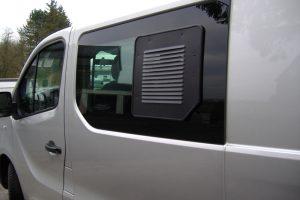5.7 Fotogalerie Frischluftgitter Schiebefenster Opel Vivaro Artikel-Nummer 314-020003-2